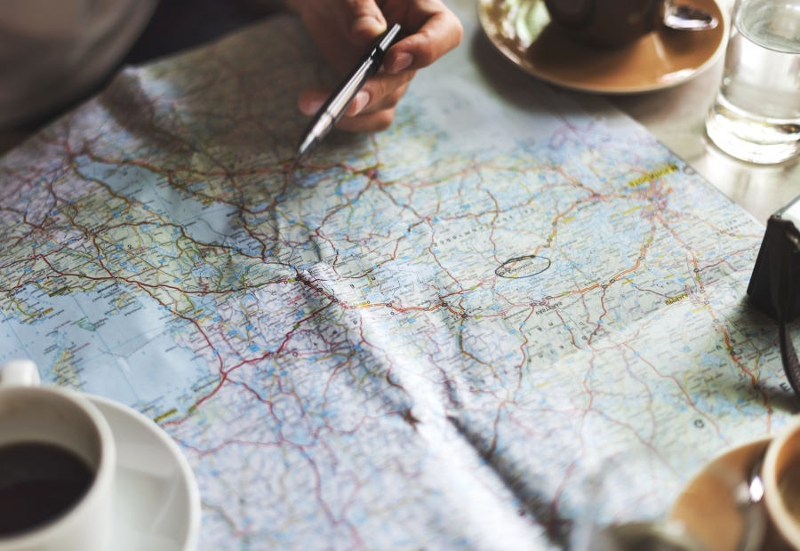 viejo-mapa-amarillo-gafas-monedas-estuche-cuero-camara-reloj-brujulas-granos-cafe-otras-especias-galletas-encuentran-piso-madera-regalo-viajero-para-viajes-mejores-ofertas