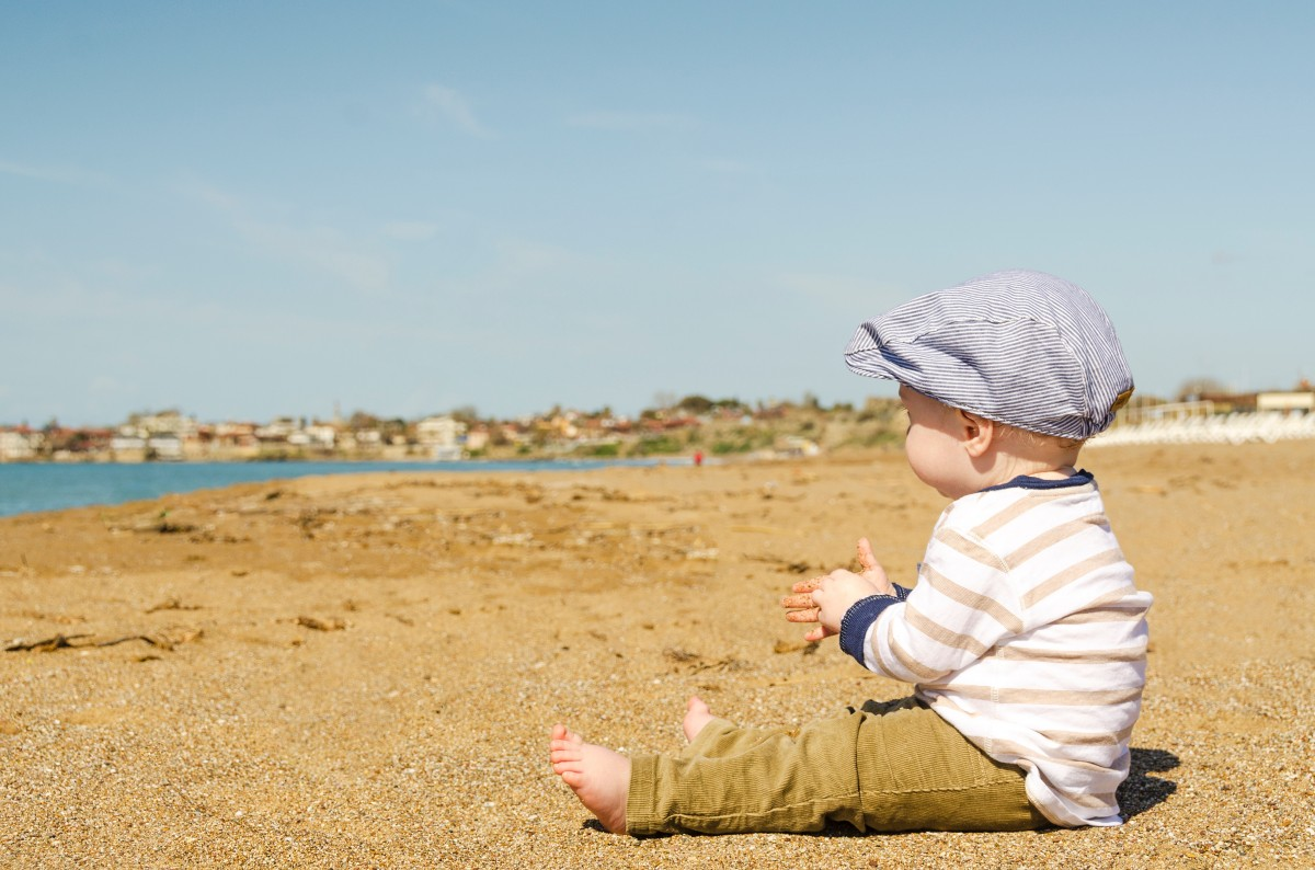 baby_beach_boy_sand_seaside-Qué NECESITA un BEBÉ en su VIAJE
