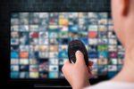 concepto-transmision-multimedia-mujer-tiene-control-remoto-pantalla-tv-muchas-fotos-viajar-desde-casa-viajar-desde-sofa